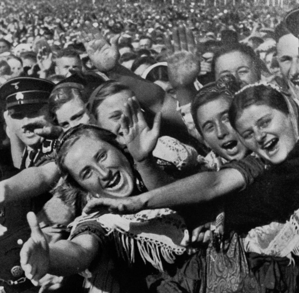 Unter Hitlers Fuehrung errichteten die Nationalsozialisten im Deutschen Reich
